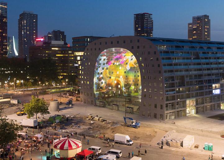 Необычное здание - арка для супермаркета
