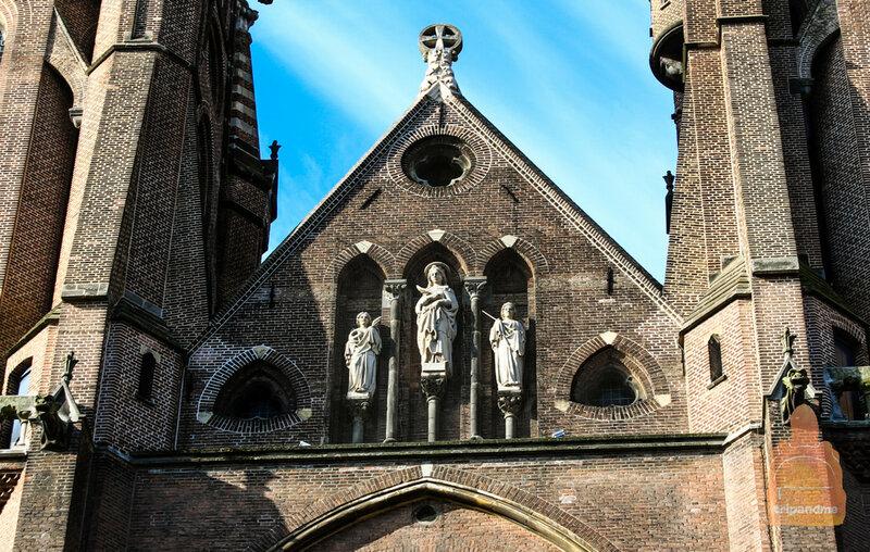 Фигуры святых в центре
