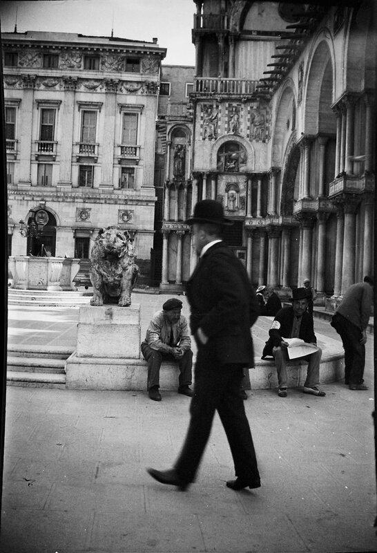 На городской площади, 1900