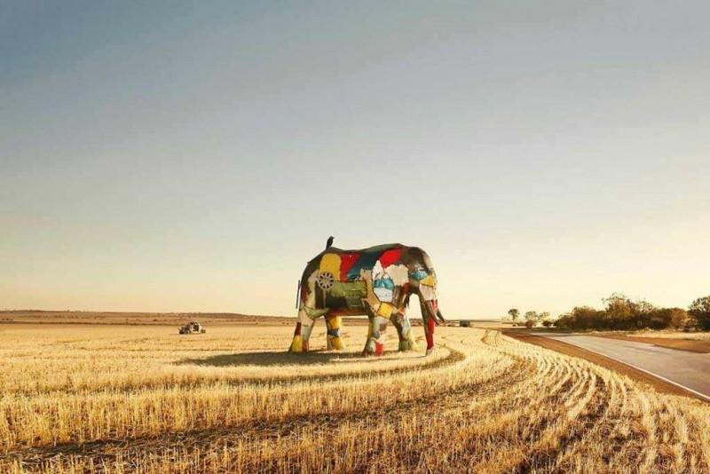 скульптура слона из частей автомобилей