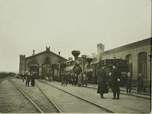 Железнодорожные служащие на станции у паровоза. Чита г.