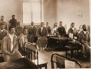 Больные и раненые в Малой Сибирской палате Узловой железнодорожной больницы.