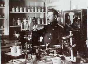 Заведующий аптекой провизор В.П. Краузе за работой.