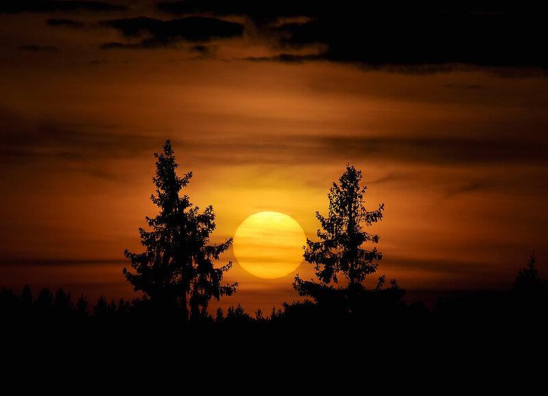 Сказочный закат горел рябиновым огнем...