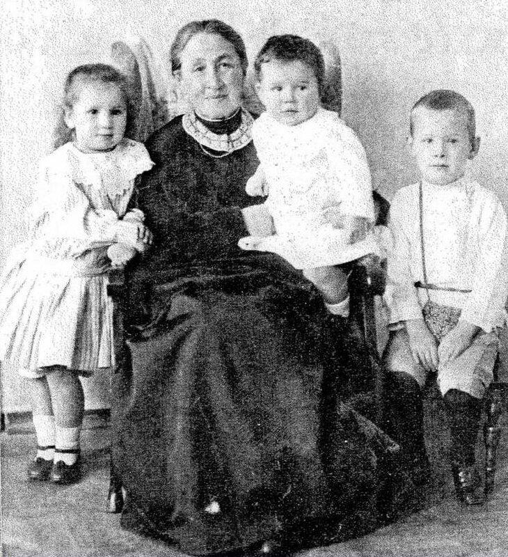 Е.Г.Мамонтова с внуками, детьми Веры.