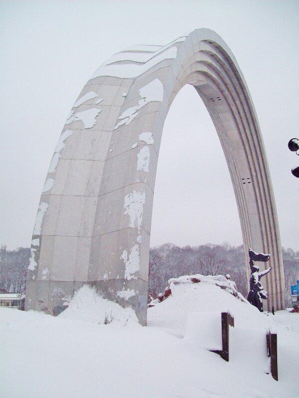 Арка Дружбы народов под снегом
