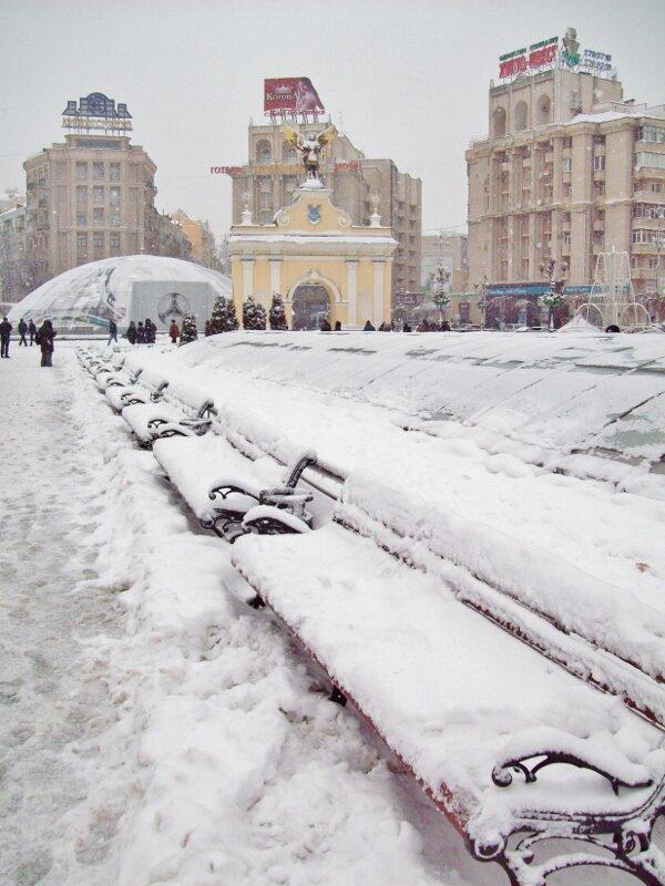 Скамейки под снегом