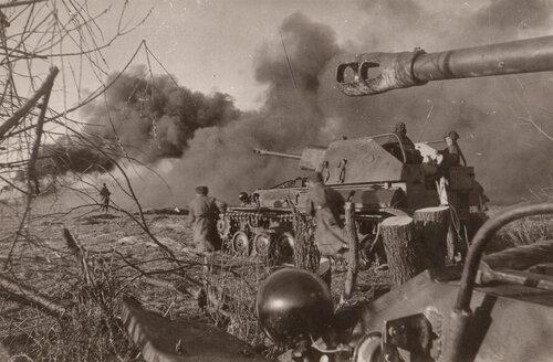 Советские САУ СУ-76М поддерживают пехоту в атаке. Восточная Пруссия, 1945 г.