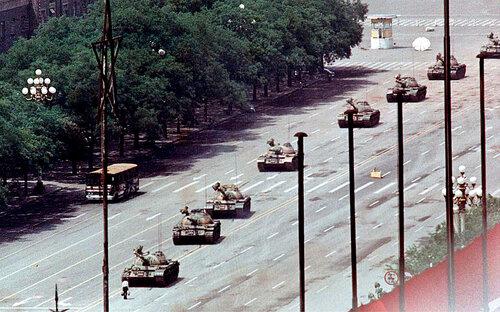 """Китайские танки """"Тип 59"""" движутся к площади"""