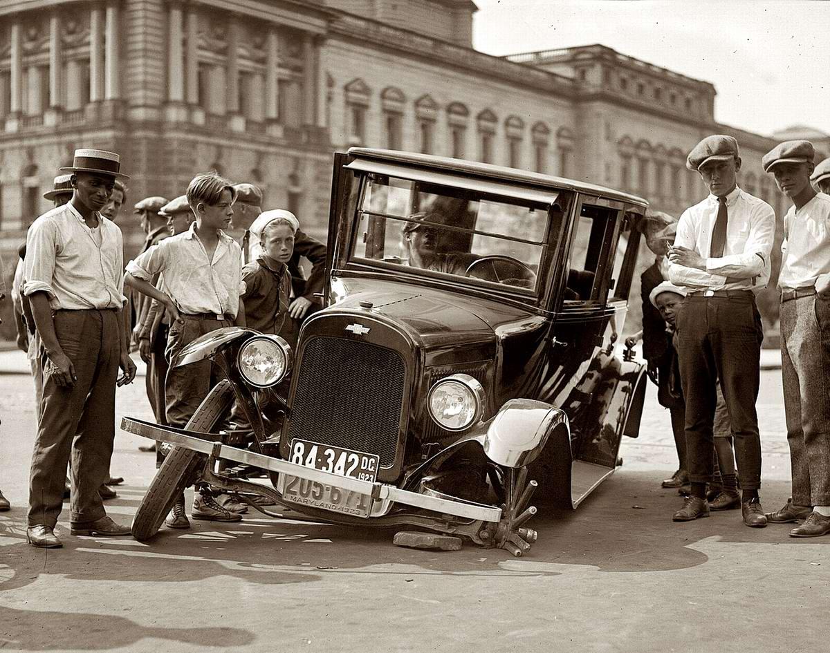 Дорожная авария в результате неожиданной поломки колесной ступицы на одной из улиц Вашингтона (1923 год)