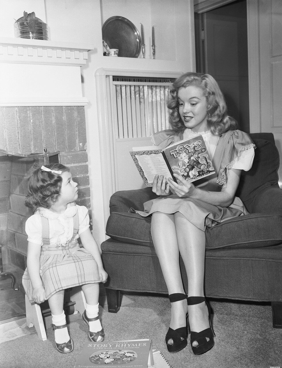 Marilyn Monroe Reading to Young Girl