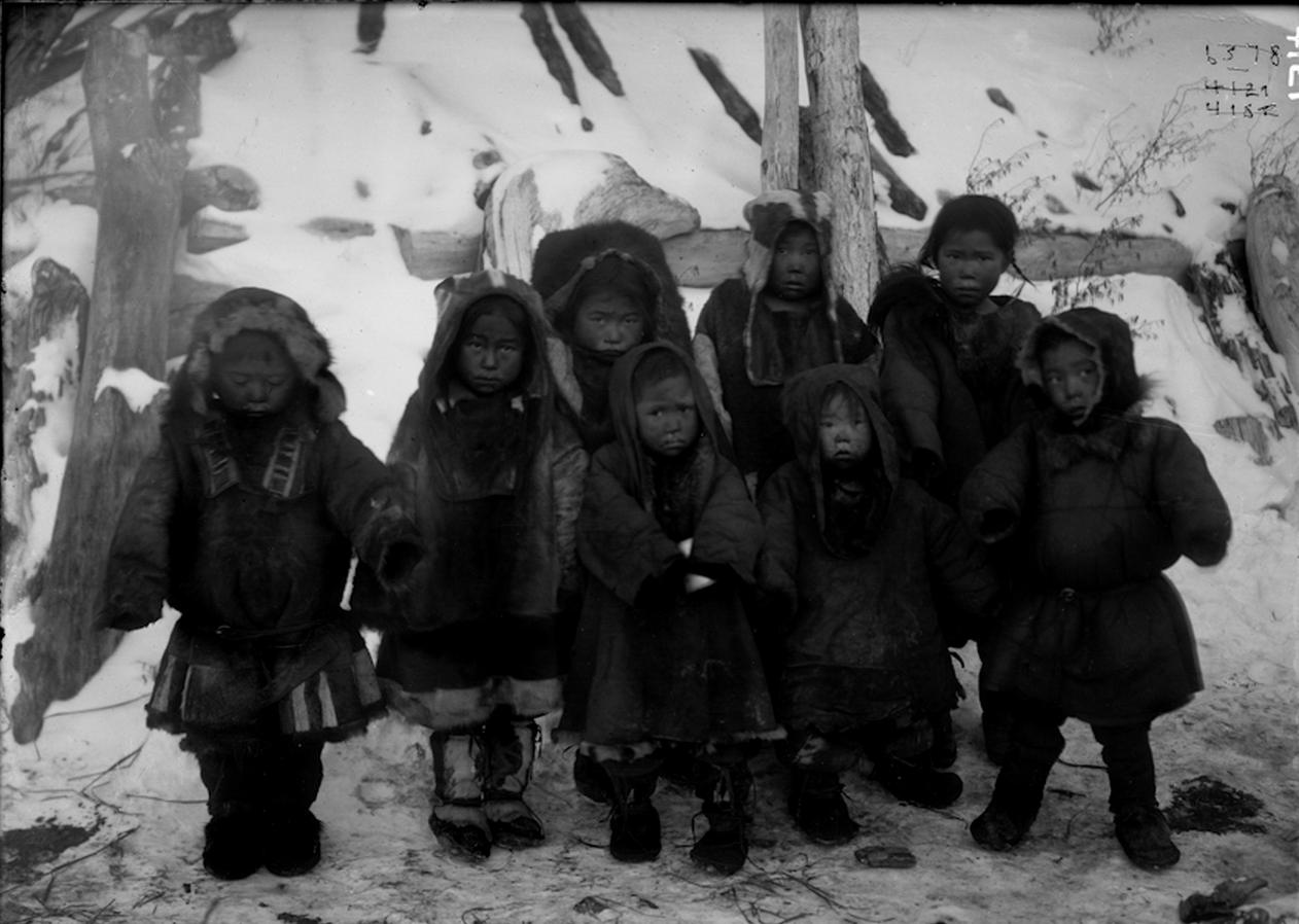 Дети коряков-охотников на морского зверя