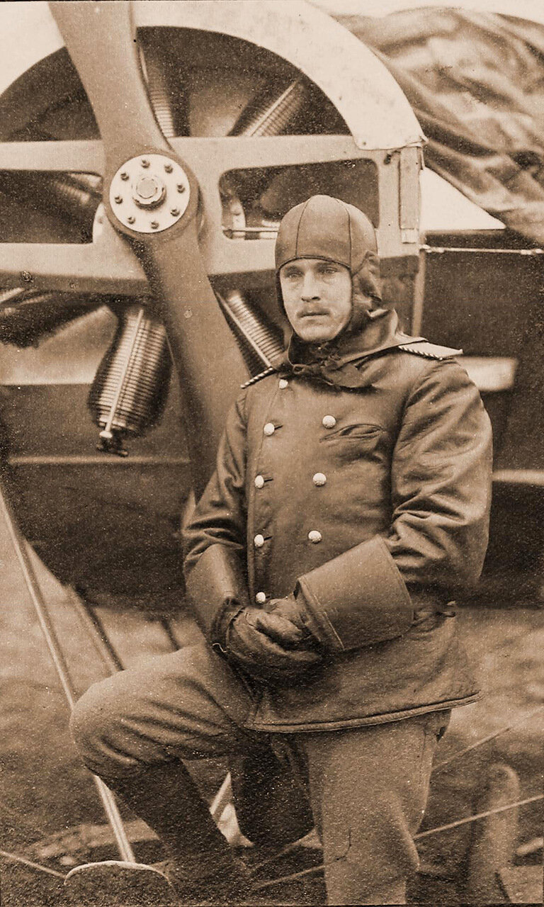 20. Военный летчик-охотник Смирнов у самолета. 1915 Волынская губ., район г. Ровно