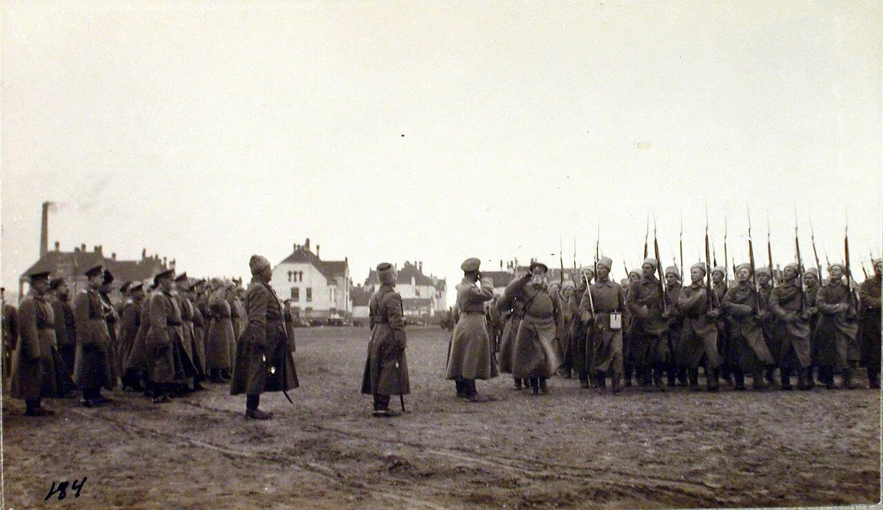 09. Головной батальон частей 6-го Сибирского корпуса проходит церемониальным маршем перед Императором Николаем II. Рига. 29 октября 1915