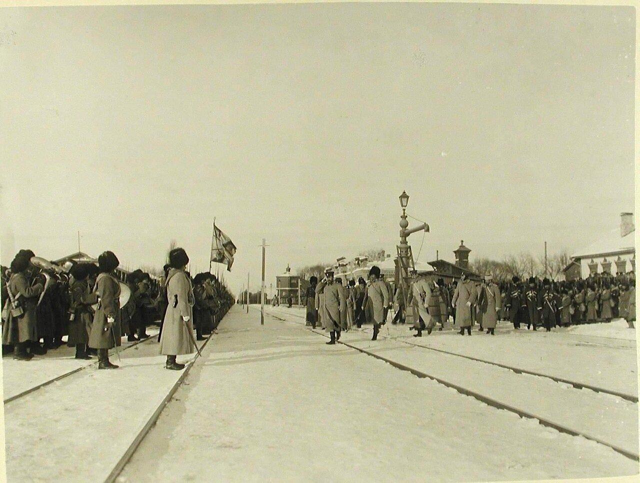 05.  Солдаты и офицеры 2-й бригады 40-й дивизии(полки 159-й Гурийский и 160-й Абхазский)приветствуют прибывшего на смотр императора Николая II со свитой