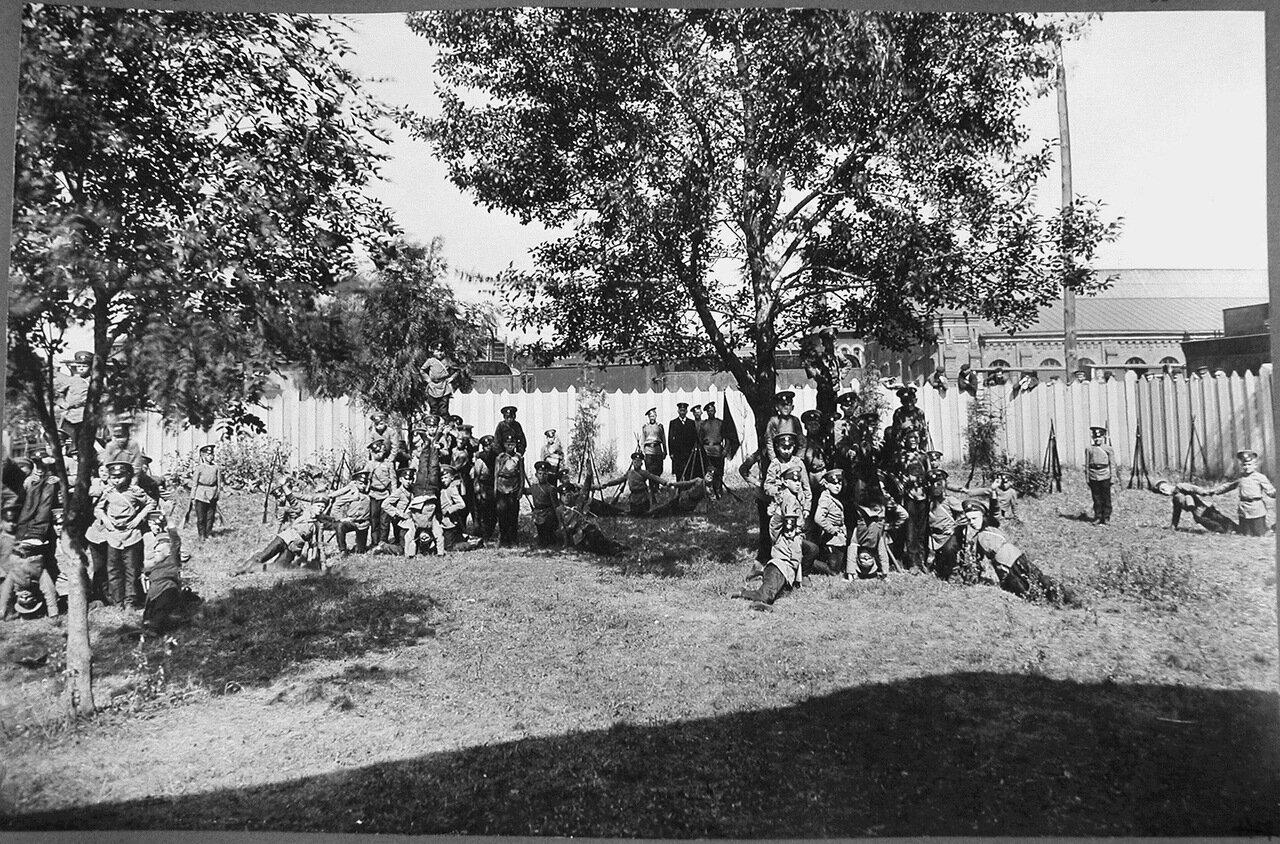07. Группа воспитанников Псковского начального железнодорожного училища во время занятий в саду