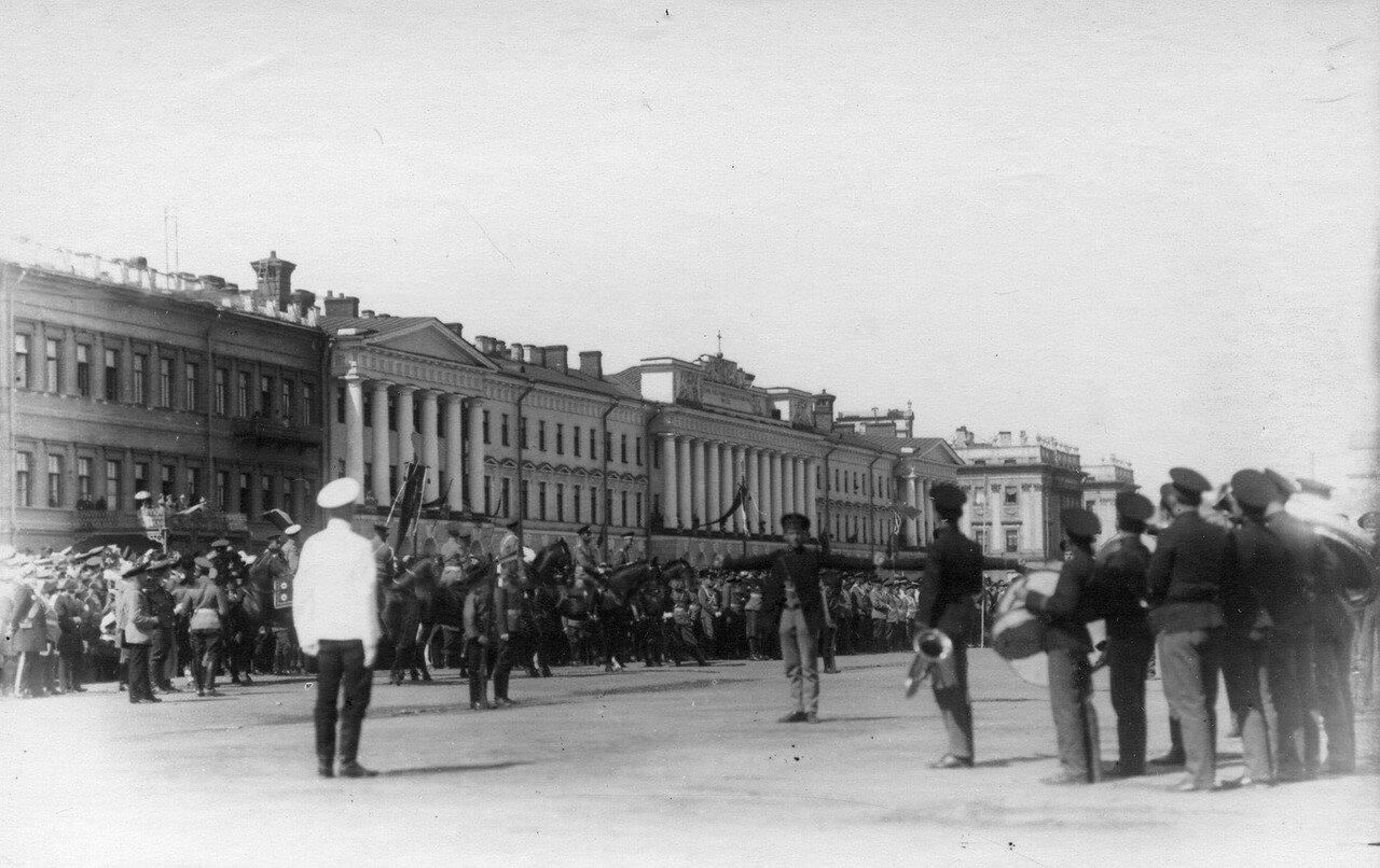 89. Император Николай II наблюдает гимнастические упражнения потешных у здания казарм лейб - гвардии Павловского полка