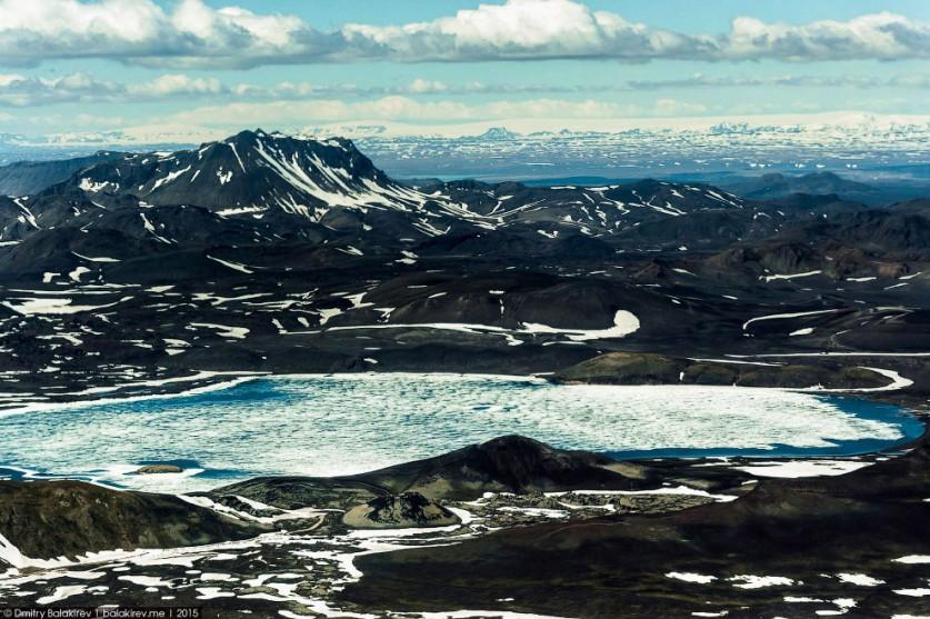 20. Ветер сдул снег и обнажил пронзительно-голубой лёд. Цвет свидетельствует о том, что перед нами л