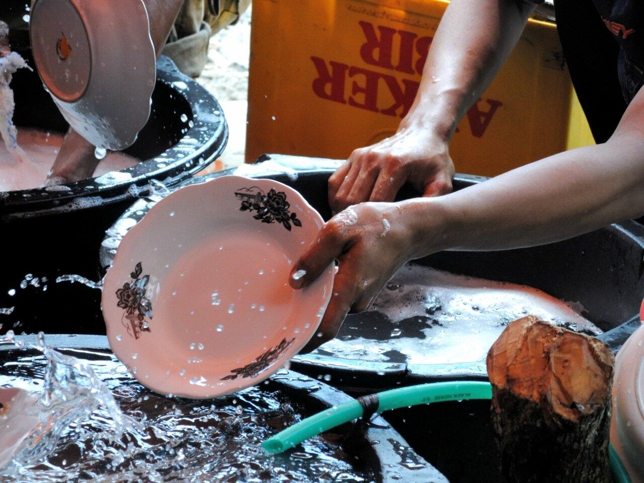 мытье посуды в индонезии