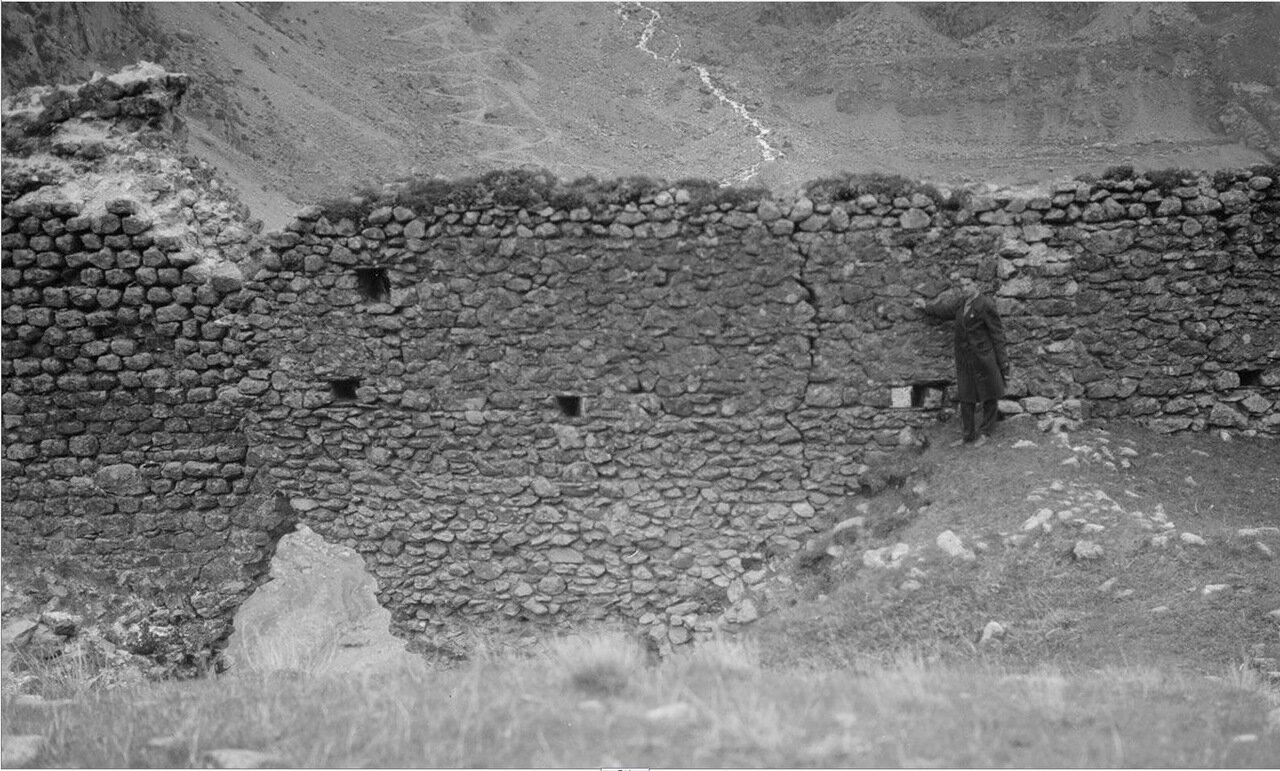 Дарьяльское ущелье. Уильям Фил позирует на руинах