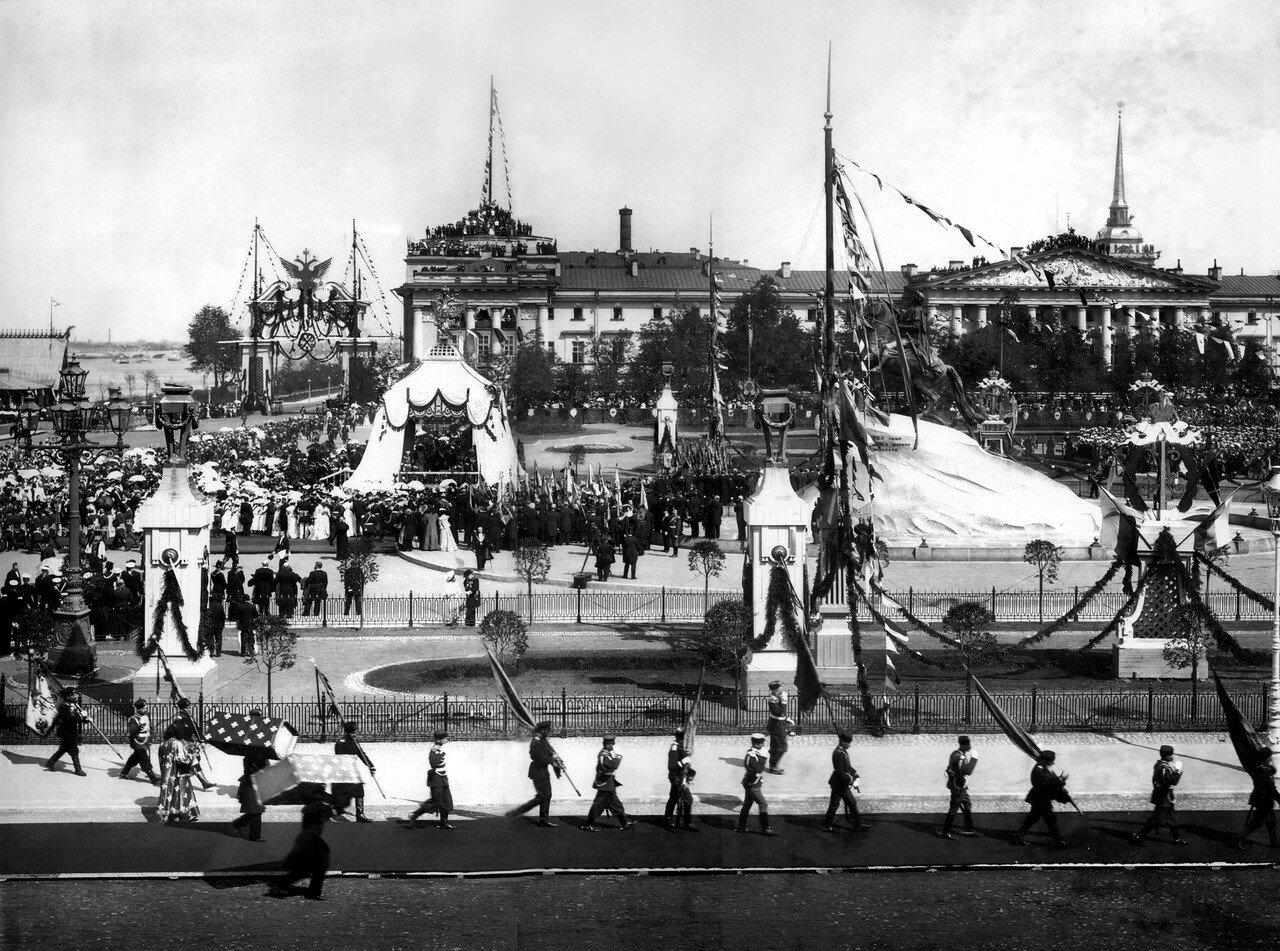 Крестный ход в день празднования 200-летия Санкт-Петербурга. Площадь Петра Первого. 16 мая 1903