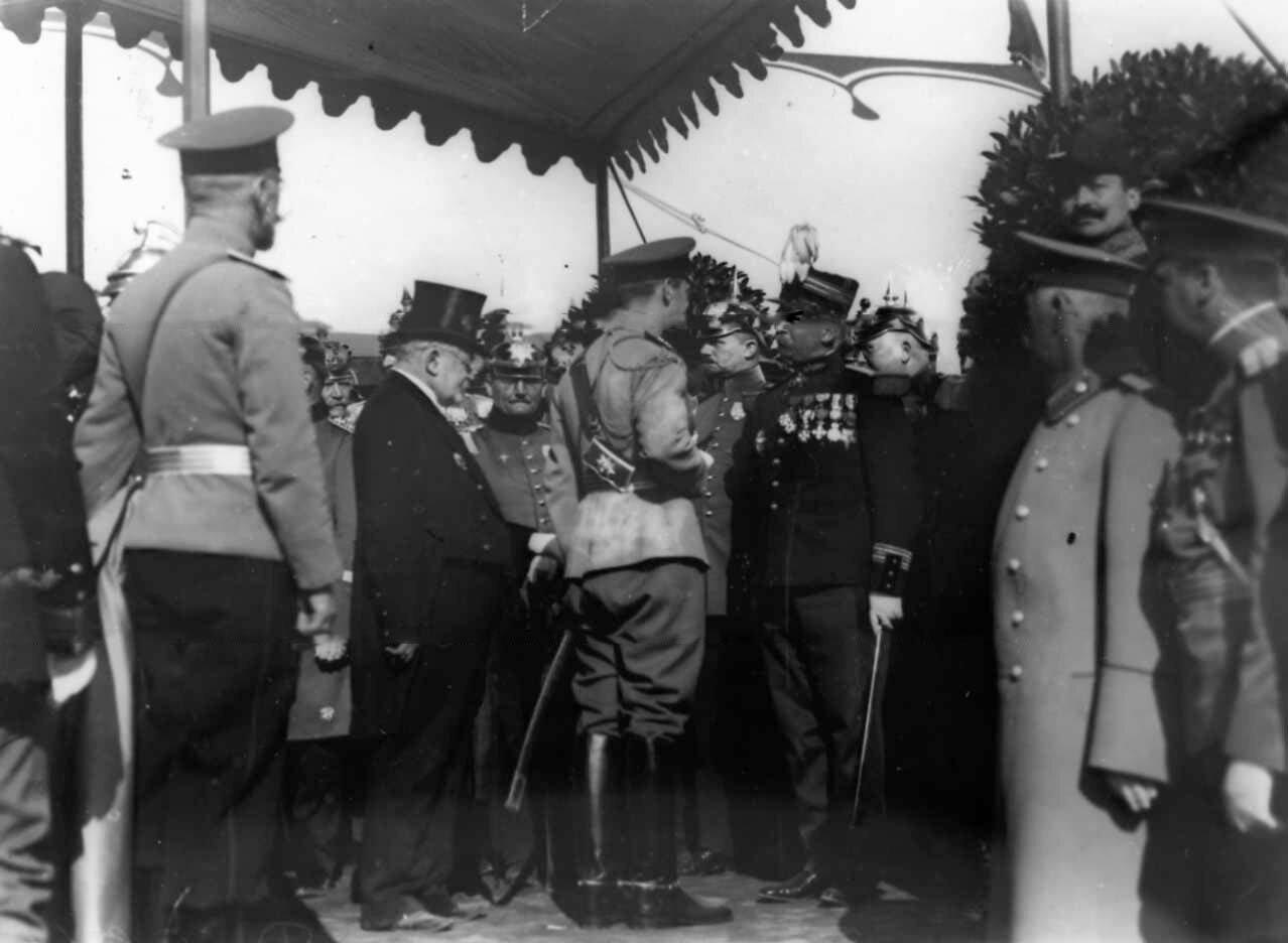 14. Группа старших офицеров наблюдает за парадом и учением пожарных на Марсовом поле