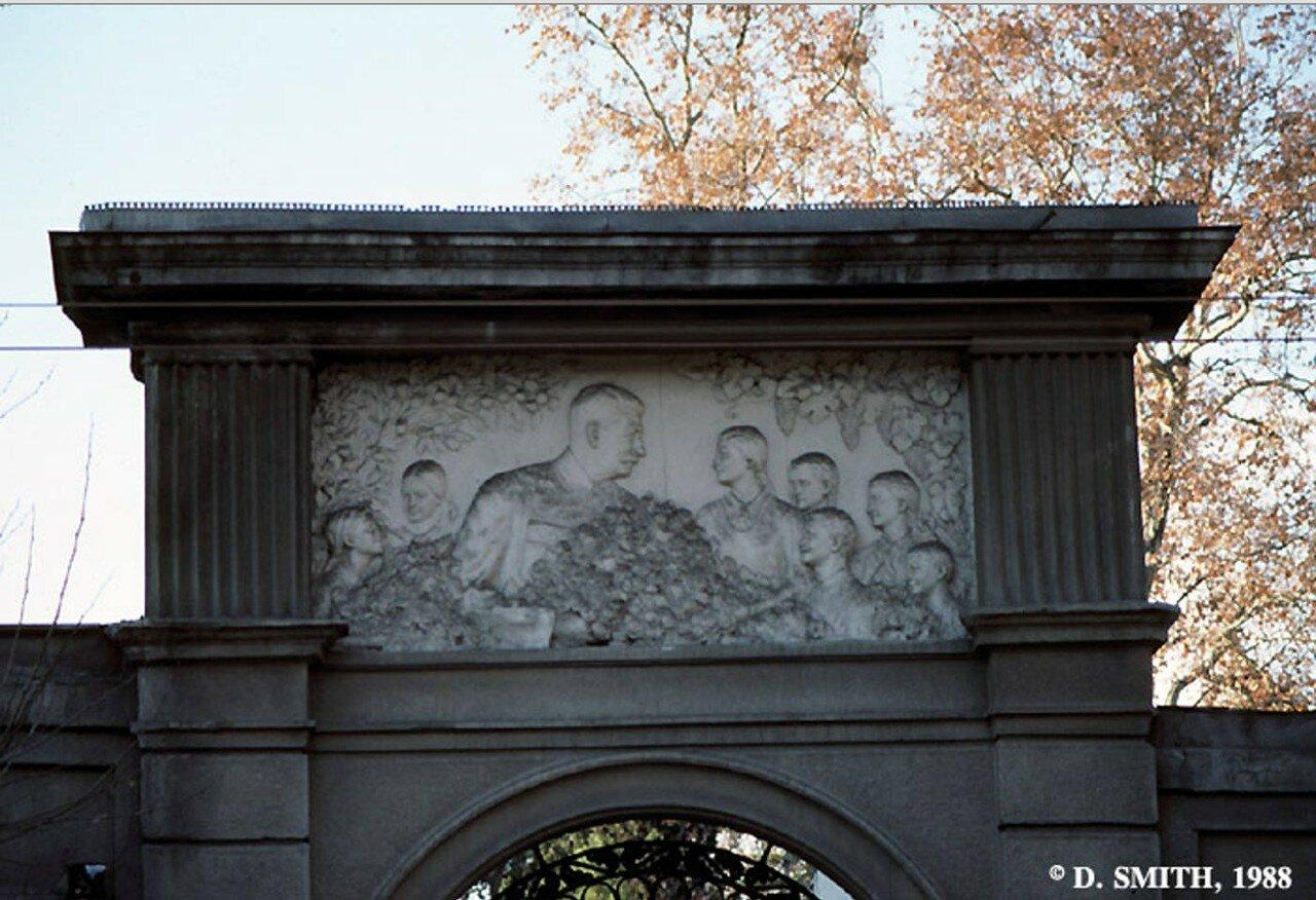 Фриз с изображением Сталина в окружении детей на воротах