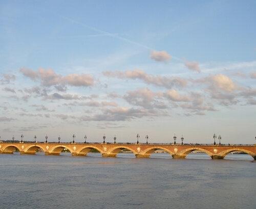 Pont de Pierre на закате. Мост через Гаронну в то время, когда она течёт вспять.
