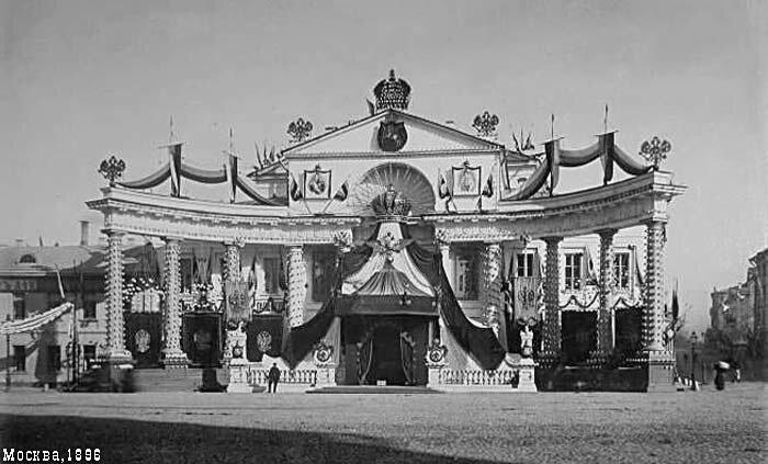 Пышная колоннада в Охотном ряду, перед ещё не перестроенным зданием Благородного собрания