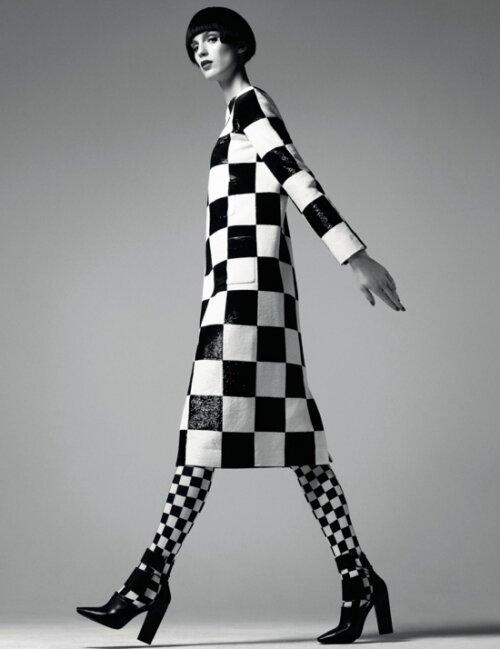 Пальто и колготки  в чёрно-белую клетку