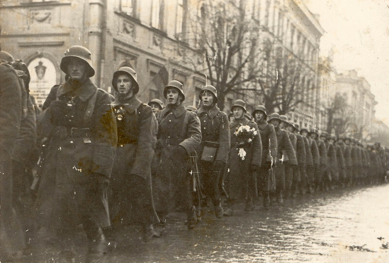 Lithuanian_soldiers_marching_in_Lithuanian_capital_Vilnius_1939.jpg