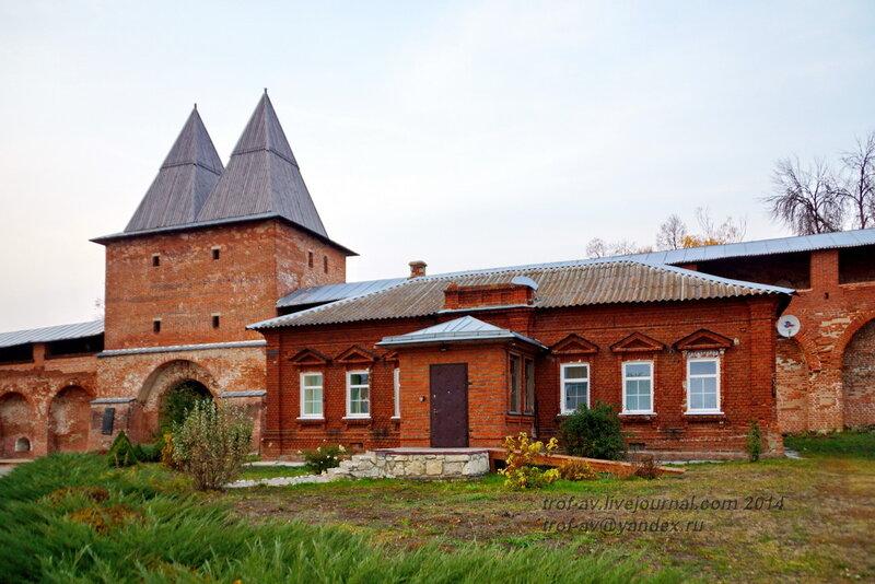 Здание 19 века и Никольская проездная башня. Зарайский кремль
