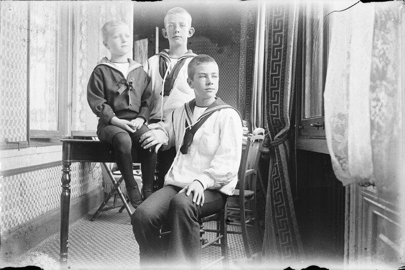Групповой портрет с принцами Эриком, Вильгельмом и Густавом (5,10 и 12 лет), 1894