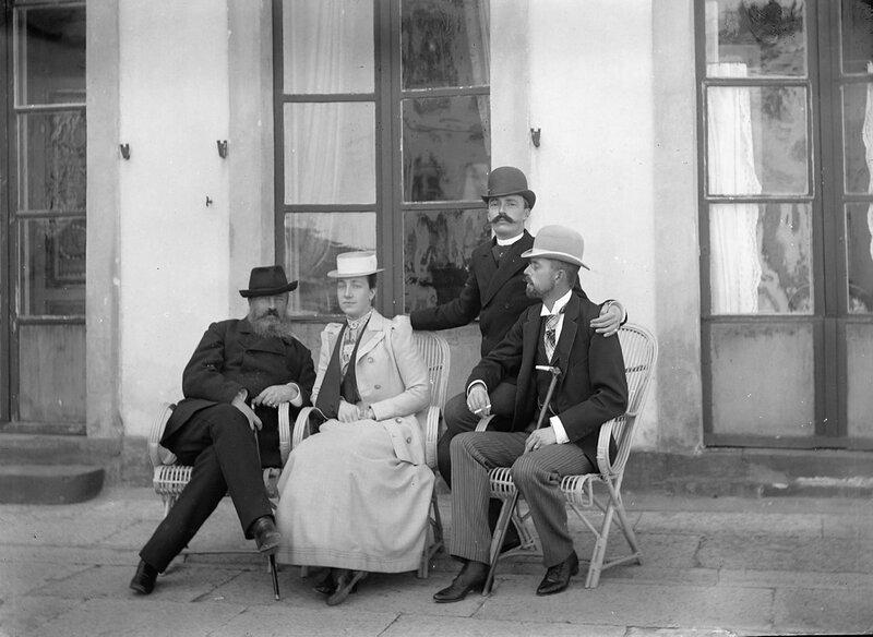 Групповое фото с отцом Виктории Фредрихом I Баденским, королевой Викторией и королем Густавом V. За ними стоит двоюродный брат Виктории Макс Баденский, 1900
