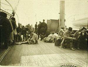 Первая партия раненых на палубе парохода Феодосий
