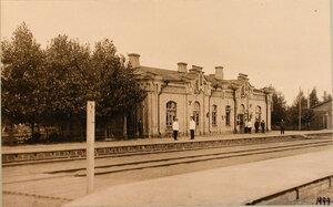 Группа служащих у вокзала на станции (вид со стороны путей).  Виленская губ. Кошедары ст.