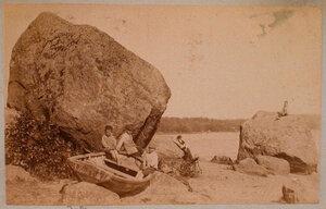 Дети на берегу залива в окрестностях имения.