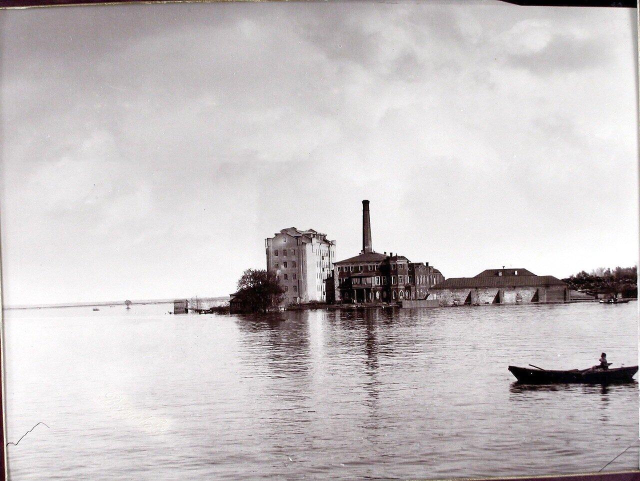 12. Вид паровой мукомольной мельницы во время разлива реки Самары