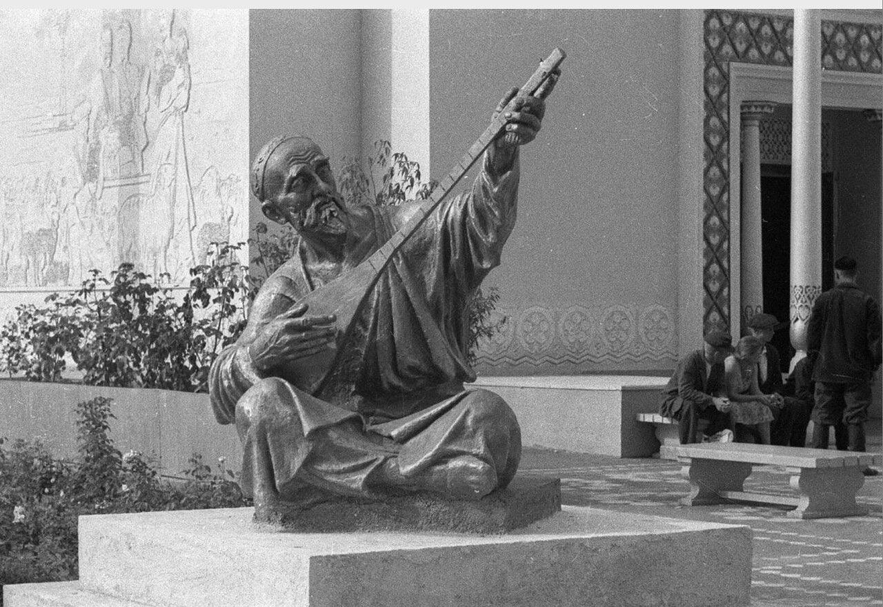 62. Скульптура у павильона Узбекской ССР