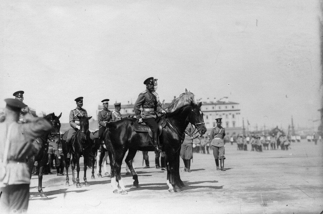 76. Император Николай II со свитой производит смотр выступлений потешных
