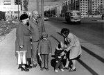 Мама, папа, Сашуля, Митя и Ромка на Московском проспекте, Калининград, 9 мая 1977 г.