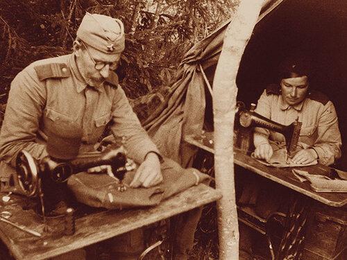 1943 год. Фронтовое ремонтное ателье. Фото Б. Вдовенко