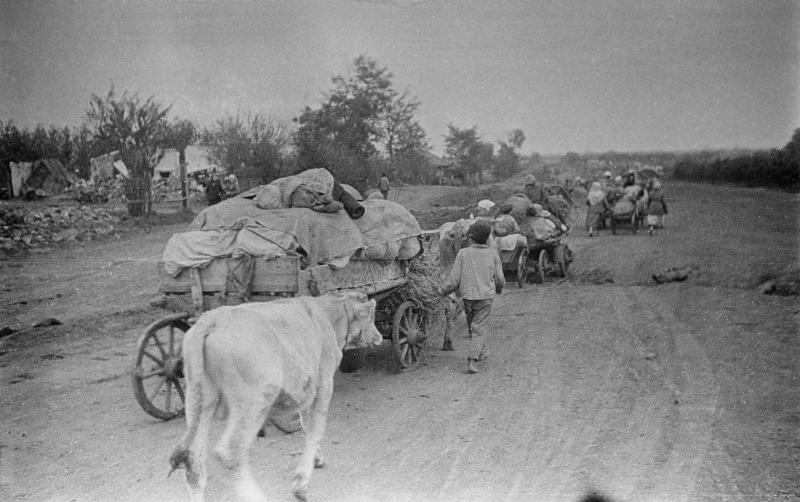 Civilians returning to their homes in the Poltava region, Ukraine, 1943. Photo by Semyon Fridlyand..jpg