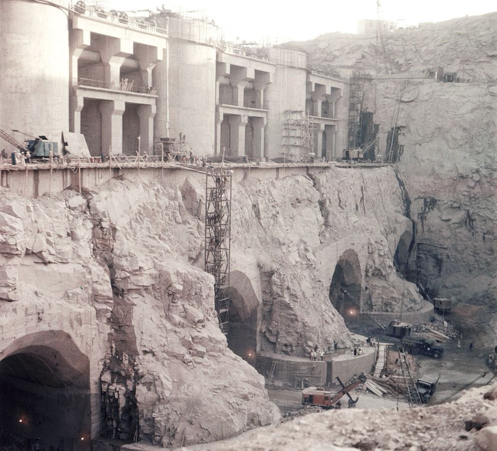 Идет строительство высотной Асуанской плотины, апрель 1964 года.jpg