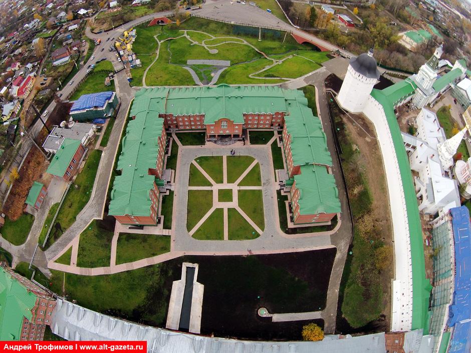 Вид сверху на лавру и новое общежитие МДА с Кировки
