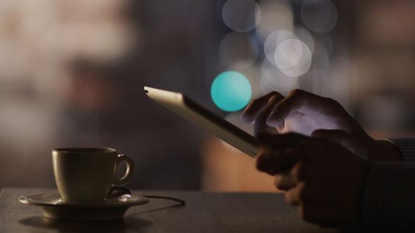 Man_using_tablet_in_cafe_590.jpg