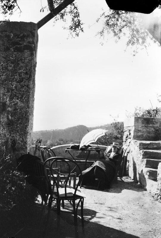 Королева Виктория с зонтиком от солнца