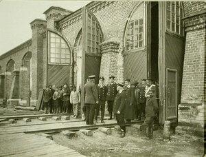 Группа рабочих и железнодорожных служащих у здания мастерских;в центре-министр путей сообщения М.И.Хилков. Чита г.