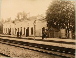 Служащие железной дороги у здания, где находится буфет. Варшавская губ.Лохов ст.
