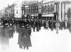 Манифестация по поводу взятия черногорскими войсками г. Скутари  на углу Невского проспекта и набережной реки Мойки. Июнь 1915 года